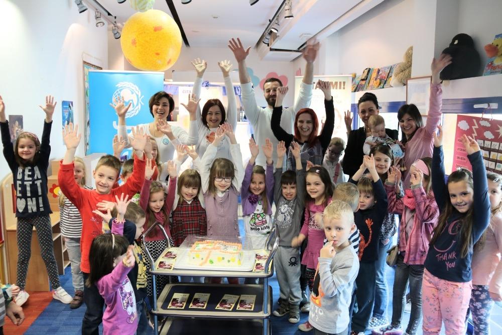 Zajednička fotografija s rođendanskom tortom