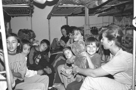 Djeca i njihova učiteljica u skloništu za vrijeme uzbune zbog zračnog napada na Zagreb. UNICEF je tijekom domovinskog rata osiguravao lijekove, odjeću, potrepštine za najmlađu djecu, opremu za škole i psihosocijalnu podršku
