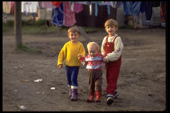 Trojica dječaka izbjegla iz Bosne i Hercegovine u privremenom kampu Resnik (1992.)