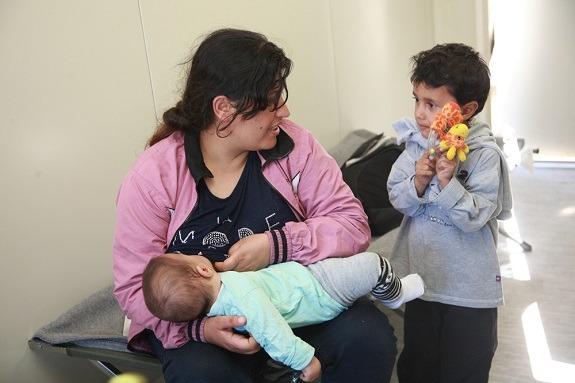 Majka s djetetom koje doji u Centru za majku i dijete u Opatovcu.