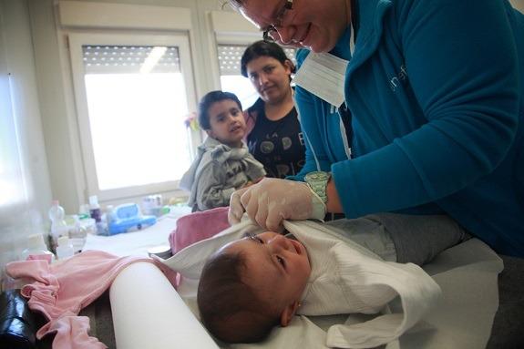 U Centru za majku i dijete djeca su dobivala čistu odjeću, a majke trenutak predaha prije nastavka napornog putovanja.