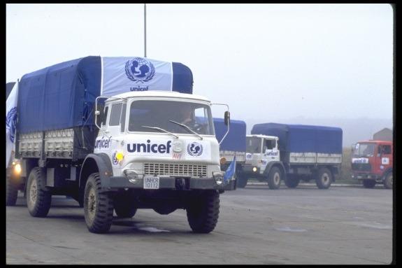 """Konvoj kamiona prema Sarajevu vozio je deke, odjeću, hranu i lijekove za djecu. UNICEF-ov izvršni direktor inicirao je """"tjedan mira"""" kojim je započela dostava hitnih potrepština."""