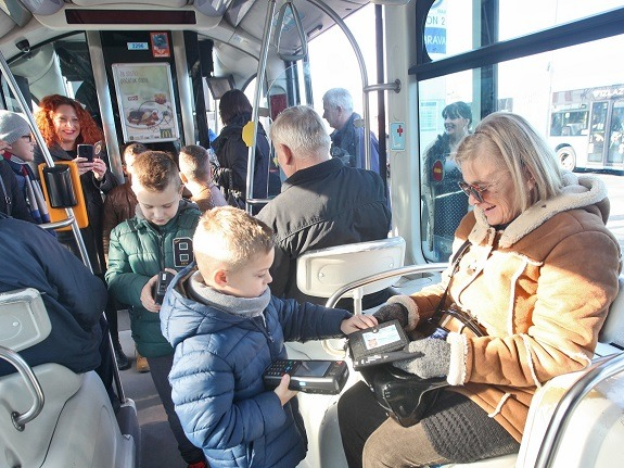 Djeca su provjeravala imaju li putnici u tramvajima karte.