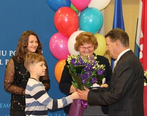 Dječja ministrica Dora i njezin zamjenik Lovro pomogli su ministrici Murganić dodjeliti nagrade za promicanje prava djeteta.