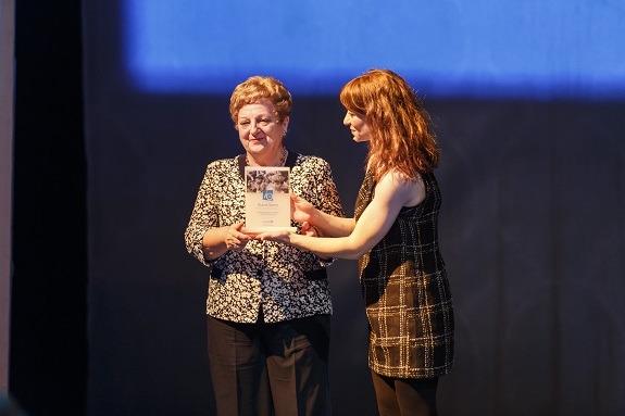 Stana Vereš prima priznanje UNICEF-a za brigu o generacijama djece na proslavi u povodu 70. godišnjice UNICEF-a