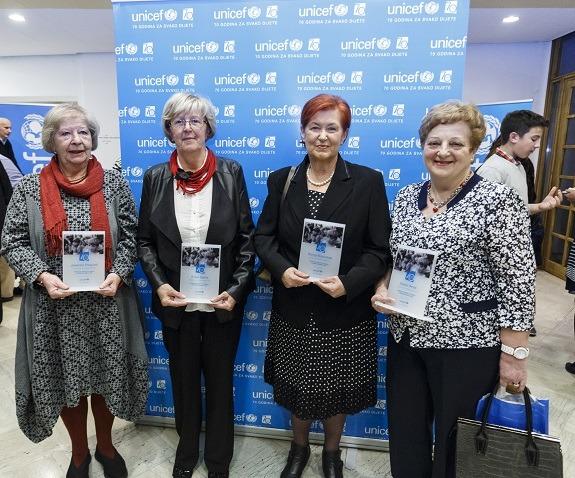Stana Vereš (desno) u društvu dobitnica priznanja UNICEF-a za brigu o generacijama djece