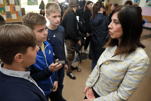 Ministrica znanosti i obrazovanja Blaženka Divjak u razgovoru s mladim novinarima iz OŠ Jure Kaštelan