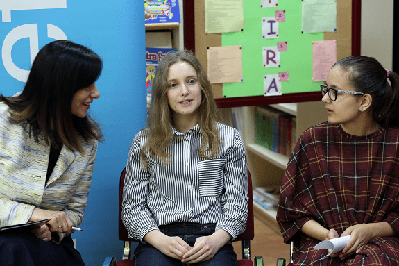 Ministrica znanosti i obrazovanja Blaženka Divjak u razgovoru s učenicama OŠ Jure Kaštelana Petrom Lušić i Klarom Kovač