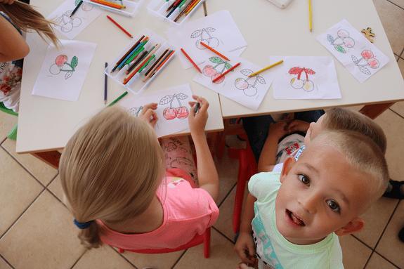 """Djeca u igri i učenju u igraonici """"Zlatni dani"""" u Babinoj Gredi, koja donekle nadomješta nedostatak vrtićkih kapaciteta u tom kraju, svibanj 2018."""
