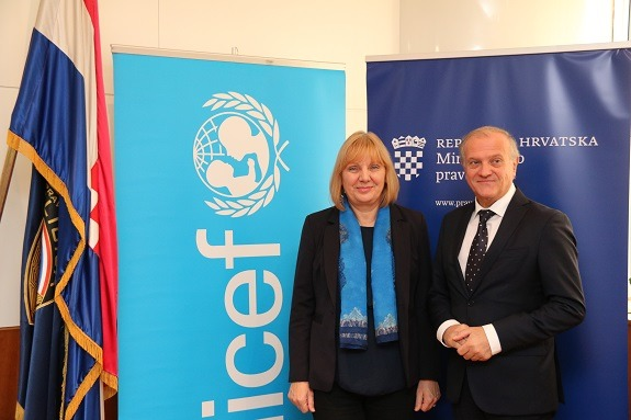 Deputy Head of UNICEF Office in Croatia Đurđica Ivković and Minister of Justice Dražen Bošnjaković at the signing of the Memorandum.