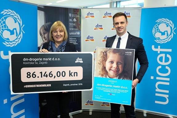 V.d. predstojnice Ureda UNICEF-a u Hrvatskoj Đurđica Ivković i Ivan Horvat, menadžer marketinga i PR-a u dm-u na dodjeli čeka s donacijama dm-ovih kupaca, na kojemu se UNICEF u ime djece zahvalio prigodnom zahvalnicom.
