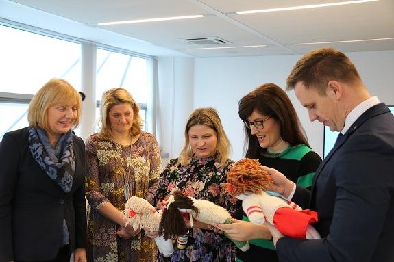 """Predstavnici dm-a i UNICEF-a u društvu unikatnih ručno izrađenih lutkaka """"Braco i Seka"""", čijom su kupnjom građani u UNICEF-ovu Muzeju realnosti 2018. poduprijeli napore za pružanje podrške djeci bez odgovarajuće obiteljske skrbi."""