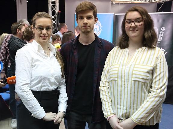 Ana Jović, nastavnica i mentorica s učenicima autorima animacija Danom Stanićem i Ivanom Popović.